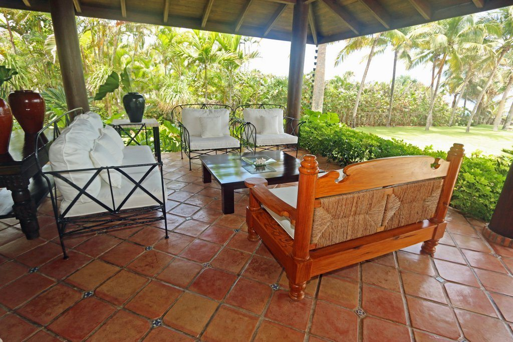furnitures-exterior-next-to-the-swimming-pool