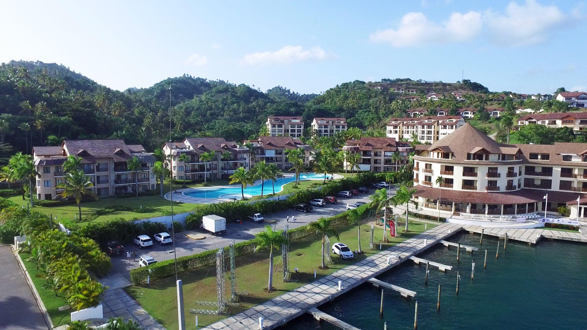 puerto-bahia-marina-mini-market-parking