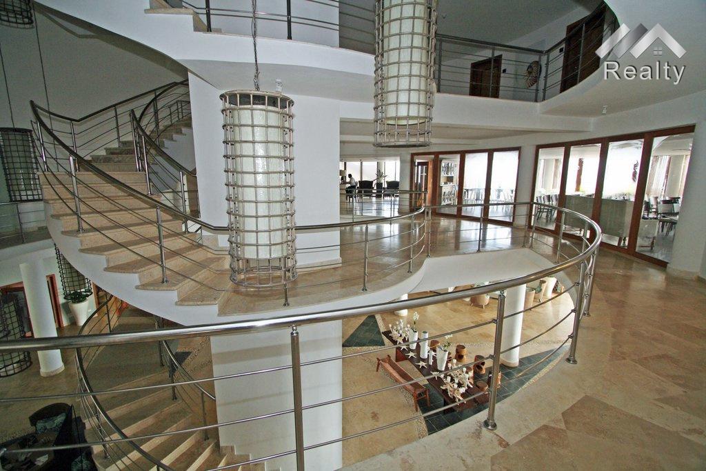 stairs-puerto-bahia