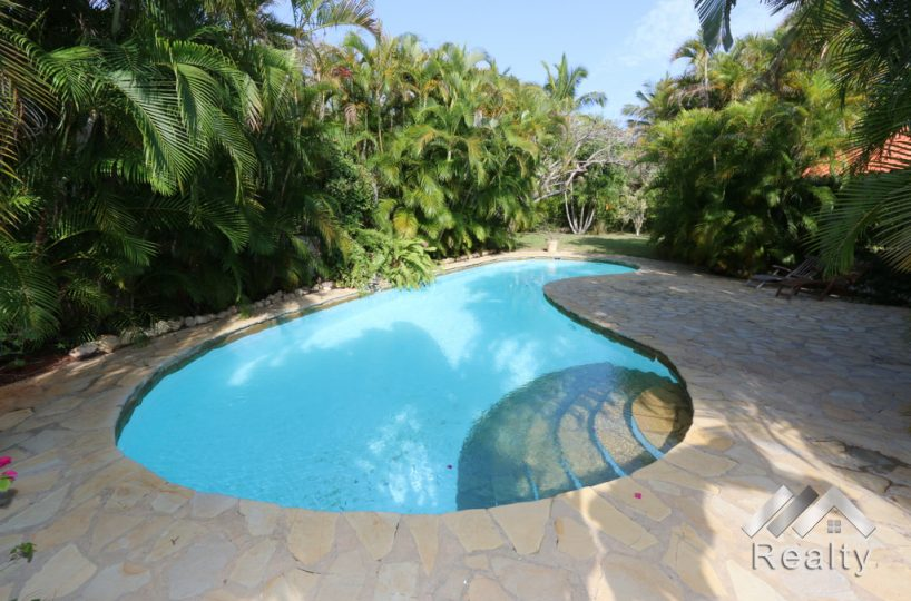 swimming-pool-view-luxury-villa-for-sale